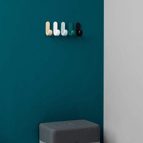 moderner Garderobenhaken / aus Esche / multipel / lackiert