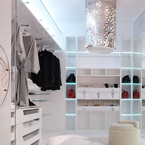 moderner begehbarer Kleiderschrank / lackiertes Holz / Glas / mit integrierter Beleuchtung