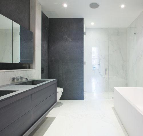 modernes Badezimmer / Holz