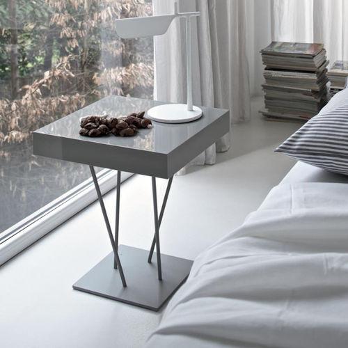 moderner Beistelltisch / lackiertes Holz / Metall / quadratisch