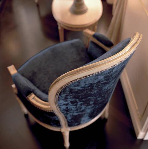 klassischer Sessel / Stoff / lackiertes Holz / Standard-Fußgestell
