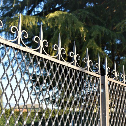 Gartenzaun / Maschendraht / Metall / verstärkt gesichert