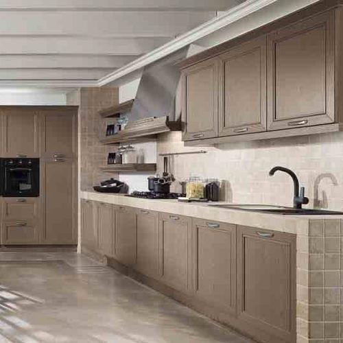klassische Küche / Holz / lackiert / mit Griffen
