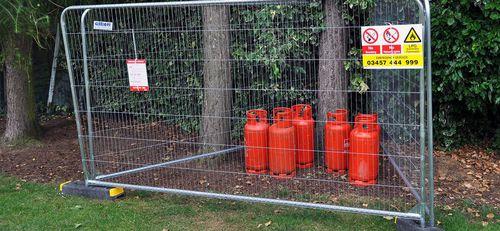 Zaun für öffentliche Bereiche / für Sportplätze / Industrie / geschweißter Maschendraht