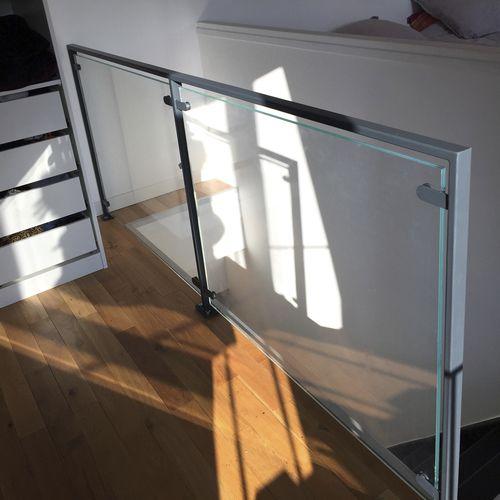 Glasgeländer / Stahl / Glasplatten / Innenraum