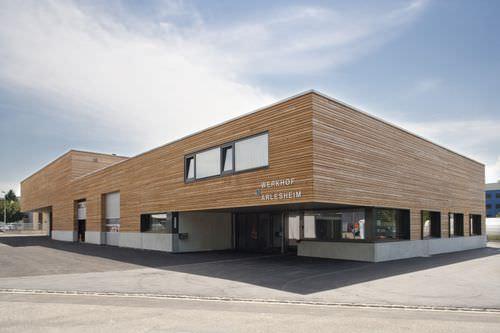 Platten-Fassadenverkleidung / Holz / geriffelt