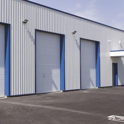 sektionales Industrietor / Stahl / automatisch / halbverglast