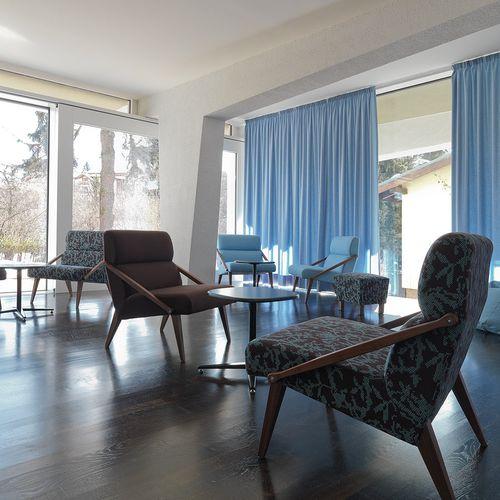 klassischer Sessel / Stoff / Leder / Massivholz