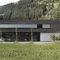 Fassadenverkleidung aus Lamellen / Beton / gestrichen / Holzoptik