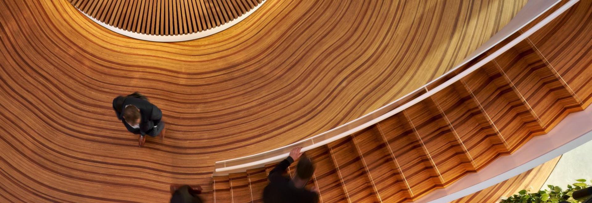 Dieser maßgefertigte Holzboden wurde so gestaltet, dass er wie die Wachstumsringe eines Baumes aussieht