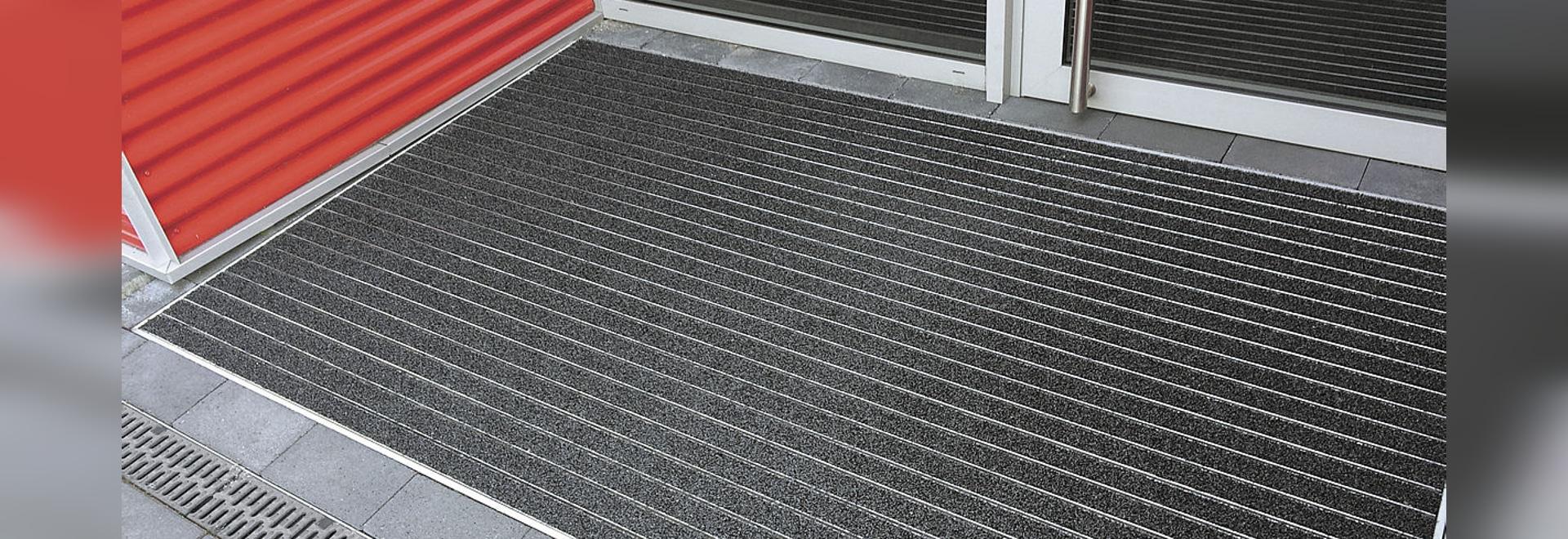 Eingangsmattensystem mit extra breiten Trägerprofilen für den Außenbereich