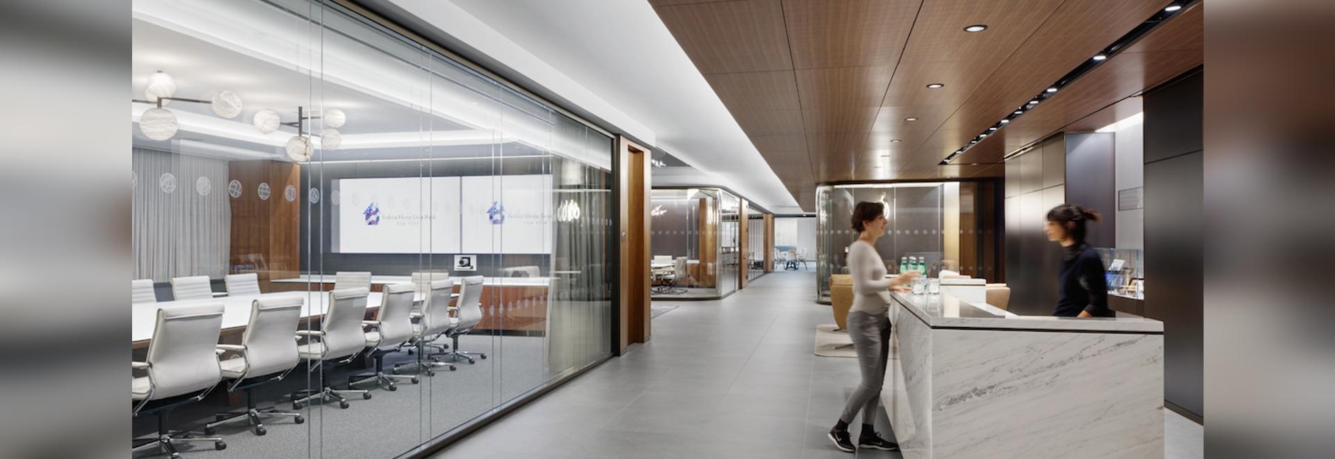 Die eingebaute Nussbaumdecke erzeugt eine warme Besucheratmosphäre im Eingangsbereich. Foto: Colin Miller
