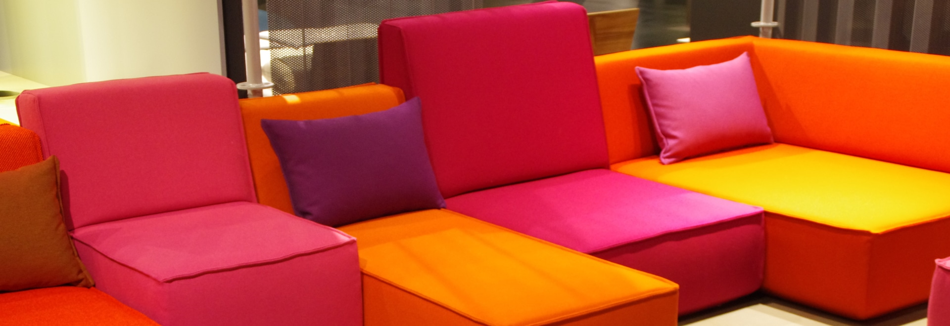 Ellen-Sofa in Orange und in rosa