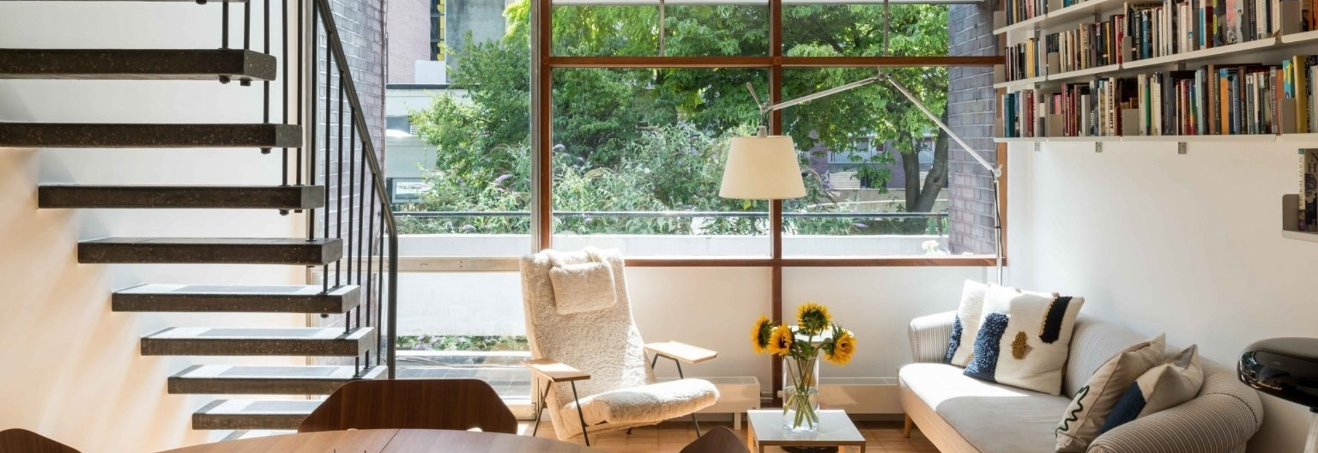 Erzvermittler verwenden Primärfarben, um ein Haus im modernistischen Golden Lane Estate wiederzubeleben