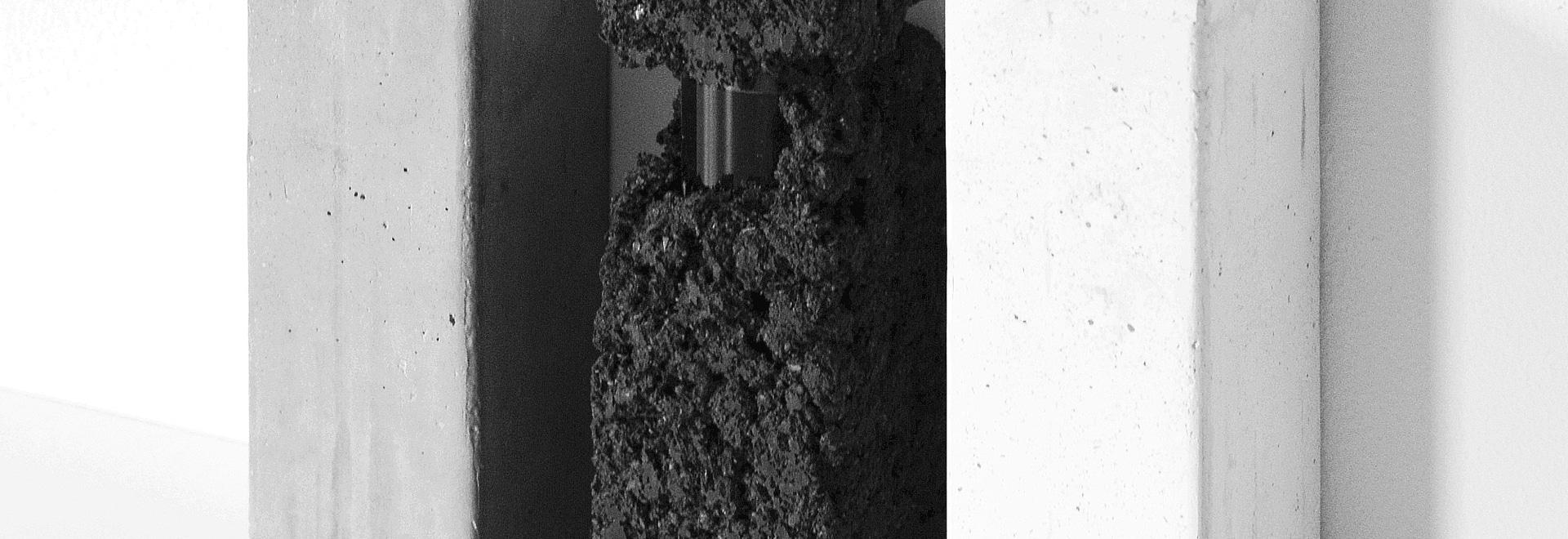 Francesca Gotti verbirgt Parfüm innerhalb Glebanite-Blöcke