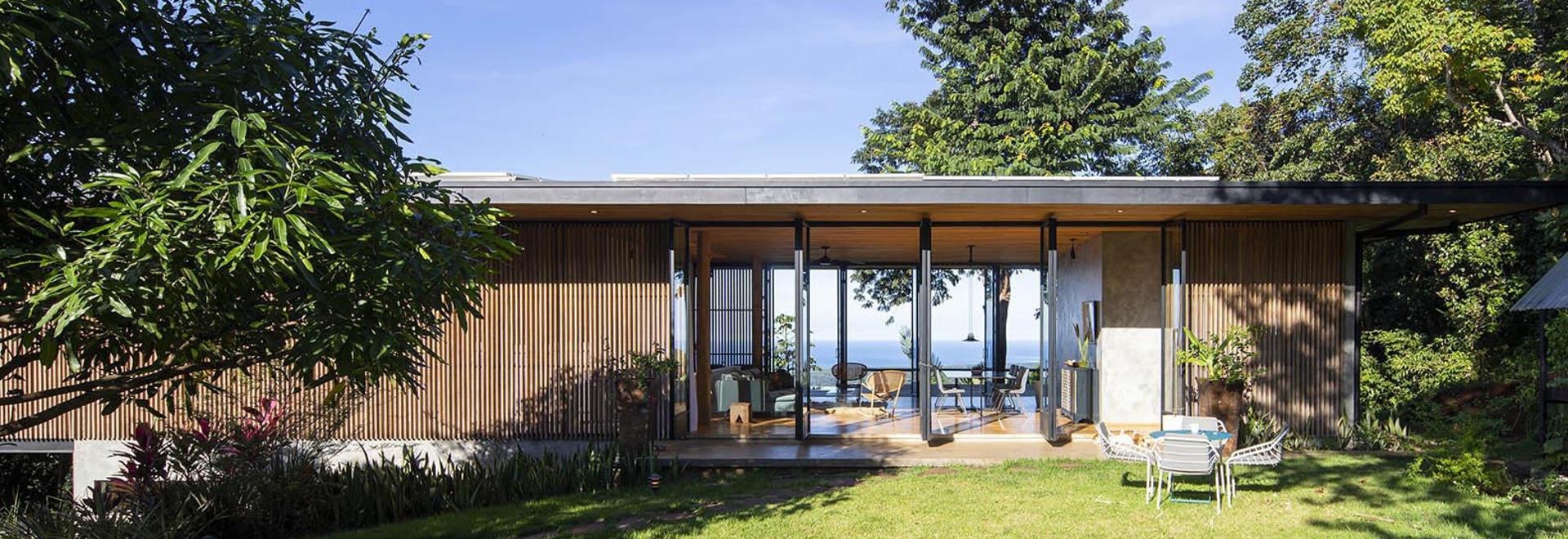 Holzgitterwände belüften dieses schöne Haus in Costa Rica