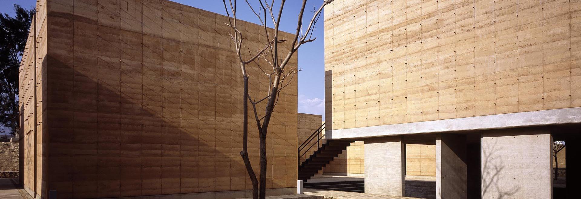Mauricio Rocha? s-wurde neuer Kunstlehrkörperzusatz zum Universitätsgelände in Oaxaca 2008 eröffnet. (Foto © Taller de Arquitectura)