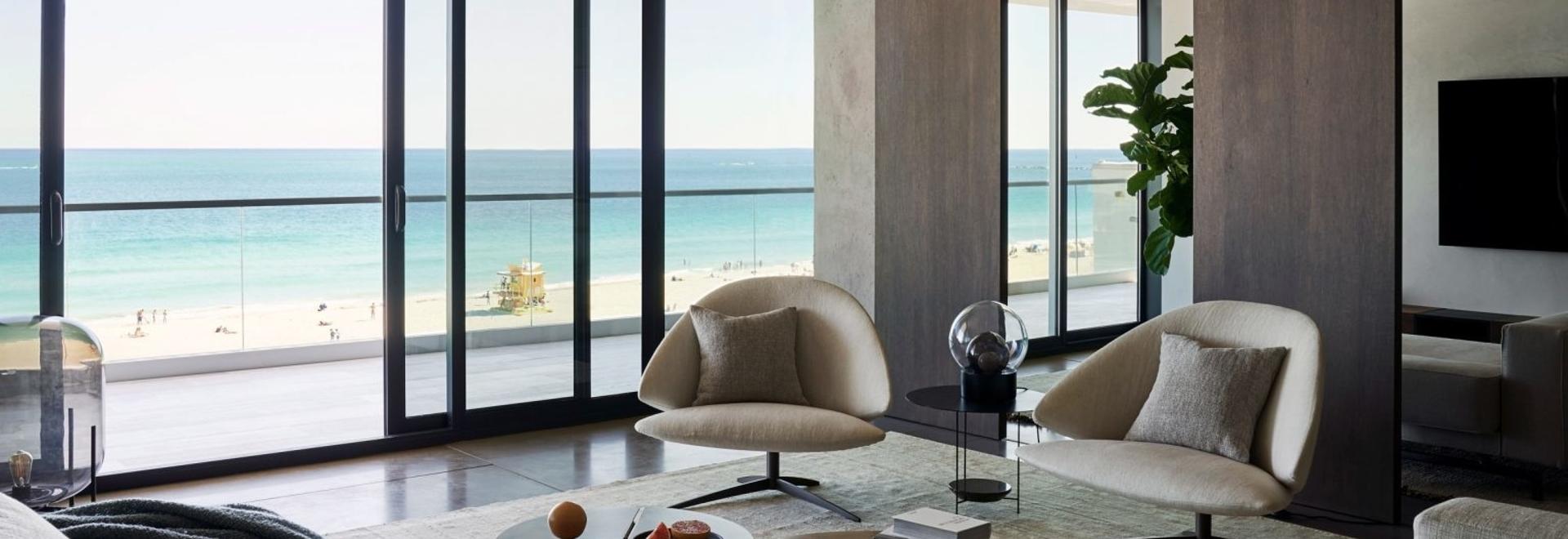 MW Works verwendet dunkles Holz und sandige Wände für die Innenräume des Ocean Drive-Apartments in Miami Beach