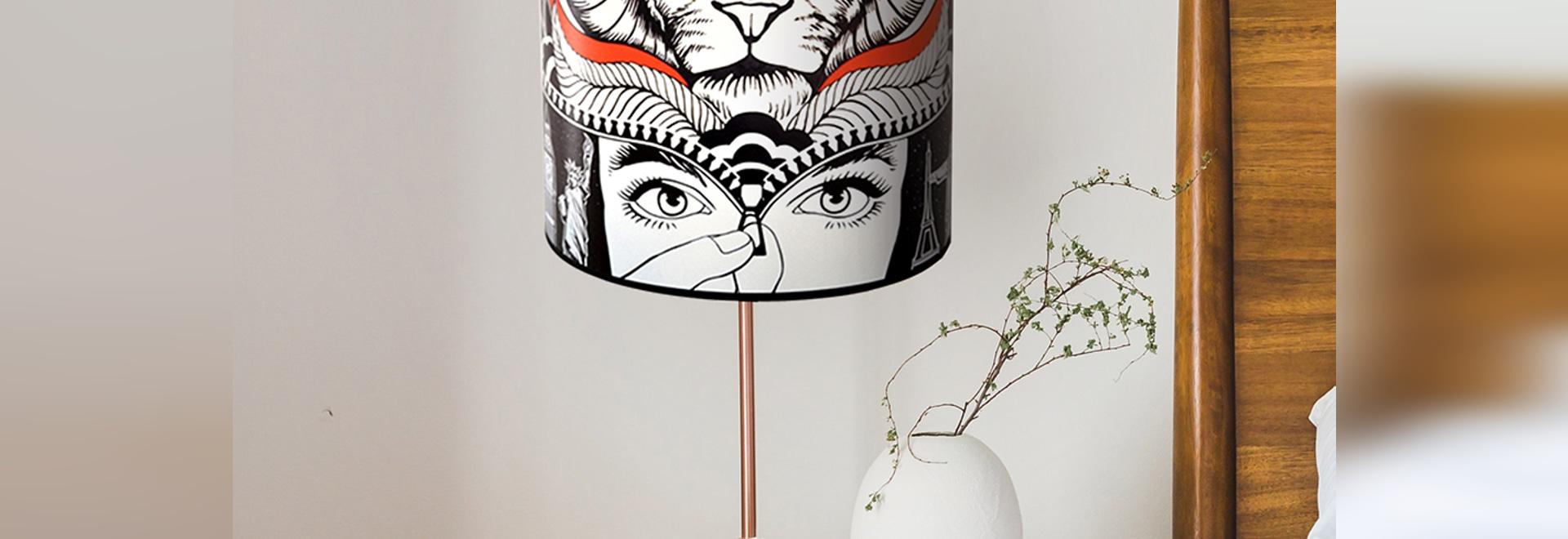 Raum in einem Privateigentum mit kundengebundener Lampe