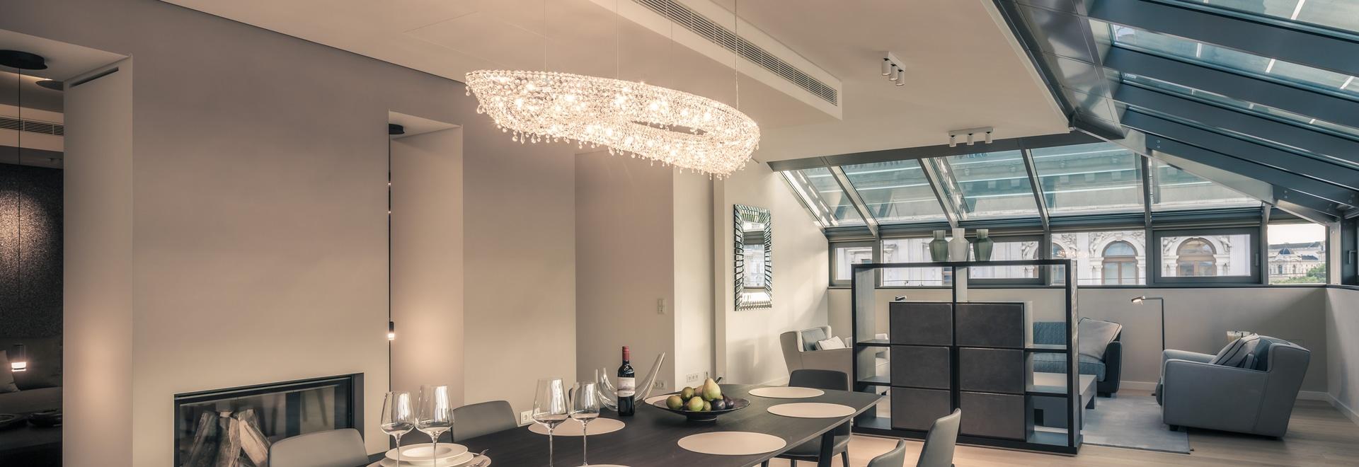 Rosen-Kristallleuchter in einem privaten Wohnsitz