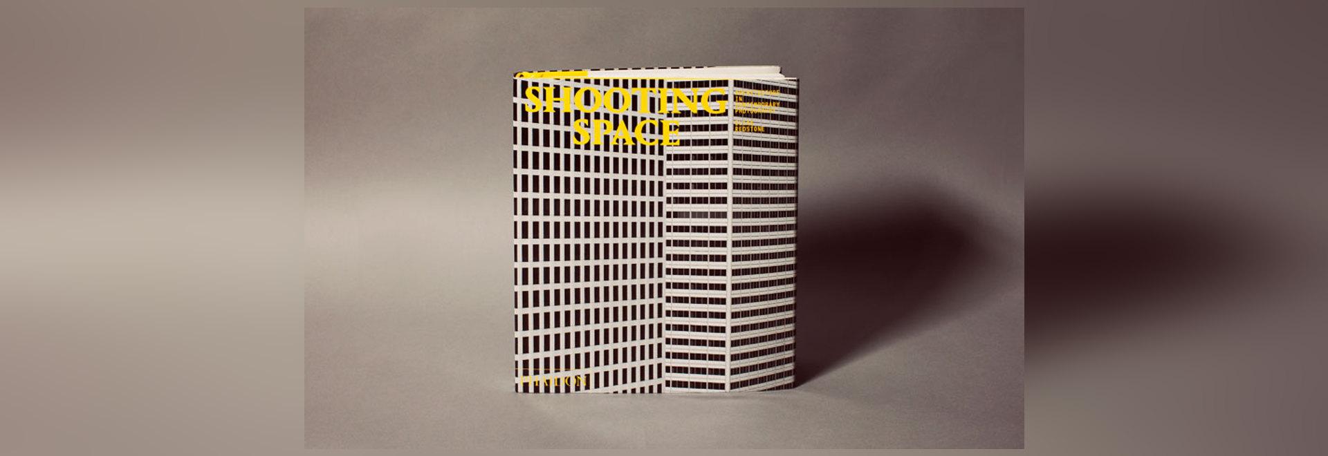 In seinem neues Buch Schießen-Raum konzentriert sich Elias Redstone auf das Verhältnis zwischen Architektur und Fotographie in einem Alter der schnellen Verfeinerung, von der Perspektive des Künstl...
