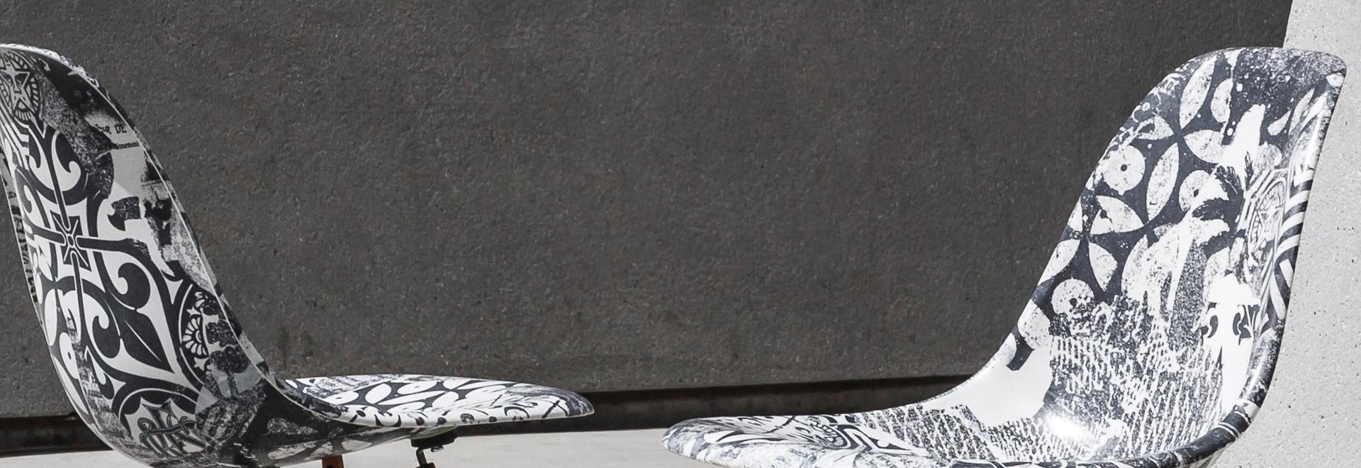 Shepard Fairey- und Keith Haring-Grafiken angewendet an den Mitte- des Jahrhundertsstühlen
