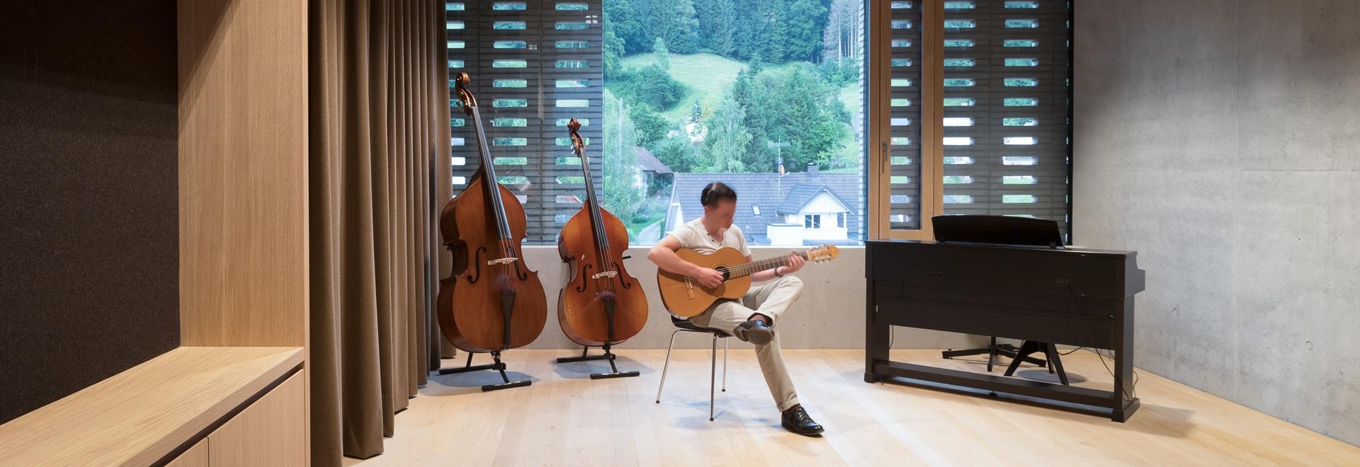 Skulpturaler Musikschulbau in Wolfurt mit Sonderleuchten von Zumtobel inszeniert