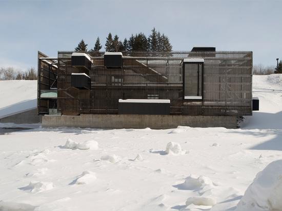 Bauholz-plattierter Gehweg wickelt Quebec-hydroelektrische Anlage durch Atelier Pierre Thibault ein