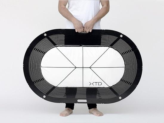Carina deuschl stellt zusammenklappbare xtend Badewanne an immcologne 2016 zur Schau