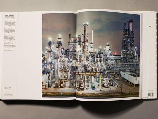 """Thomas Weinberger stellt seine Gestaltungsarbeit her, indem er digital Tageszeit ordnet und Nachtzeitversionen in ein einzelnes Bild im Auftrag, sagt Redstone, """"die Definition der Fotographie anzuf..."""