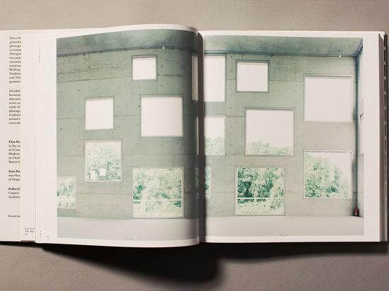 """""""Bildraum S 130"""" (2006) ist eins einer Reihe Fotographien durch Walter Niedermayr und nimmt die Arbeit der japanischen Architekturpraxis SANAA gefangen. """"Seine Arbeiten werden gewöhnlich als Diptyc..."""