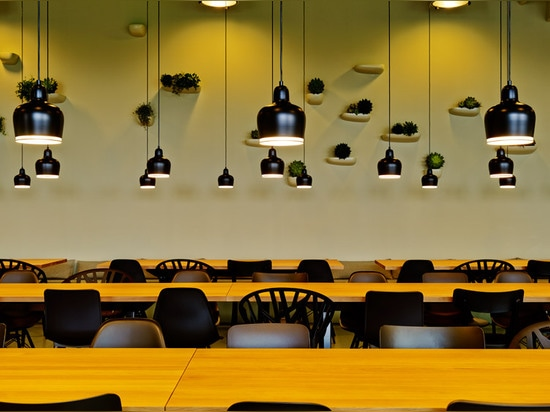 Aurélie Blanchard bildet über der Kantine Gehrys Vitra im Fabrik-Gebäude
