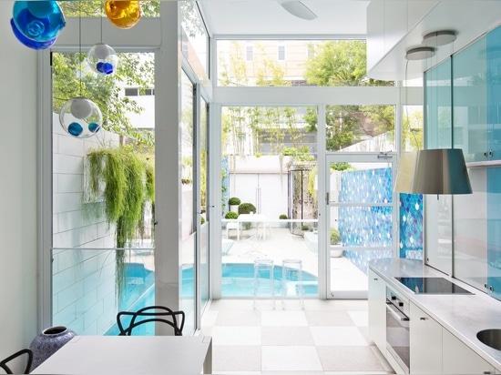 Köstlicher Innenraum mit natürlichen Materialien und herrlichen im Freienräumen