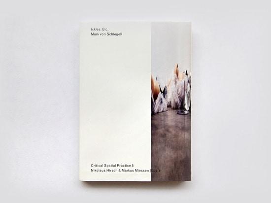 Ein neues? auswählen-einsteckendes Zukunftsromanbuch? durch Mark von Schlegell, Originalvorlage durch Louise Lawler kennzeichnend. (Alle Fotos Lena Giovanazzi)