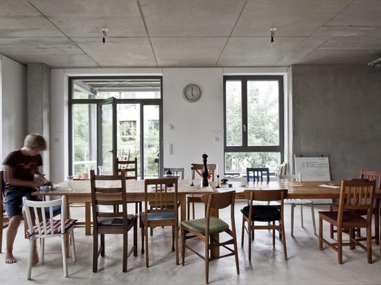 Kooperatives Leben bei Spreefeld bedeutet, dass jeder gleichen Raum um die Tabelle, 2014 hat. (Foto: Ute Zscharnt)