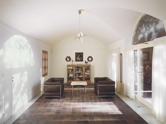 Außer der gewölbt weißen Decke das Wohnzimmer? s-Haupteigenschaft ist… (Foto: Lukas Roth)