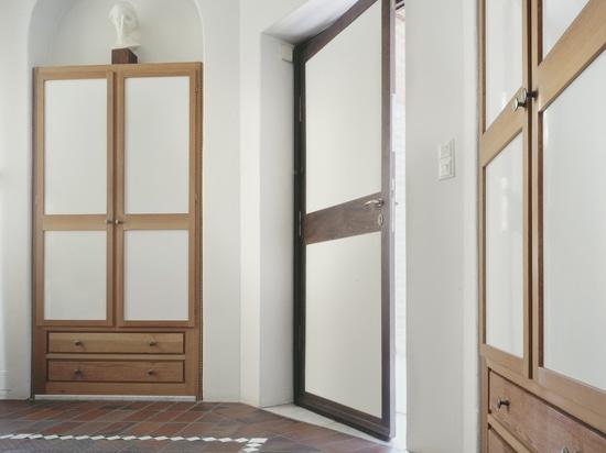 Ein Schlafzimmer mit gepaßten Garderoben. (Foto: Lukas Roth)
