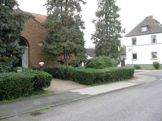 Die umgebende Umwelt ist eine gewöhnlich gewöhnliche deutsche Wohnnachbarschaft. (Foto: Oliver Elser)