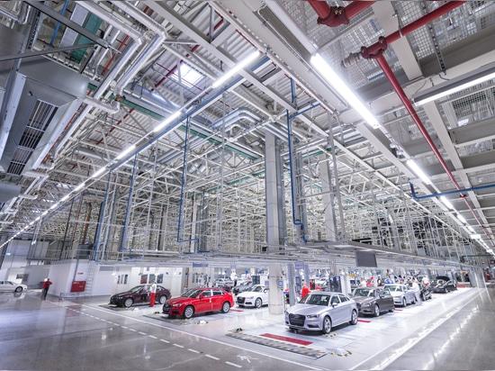 Audi Hungarias Spitzenfabrik belichtet durch Zumtobel