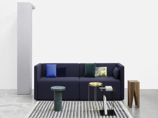 Kerman-Sofa, Iza-Teppich und Backenzahn-Schemel durch e15. Höflichkeit der Marke.