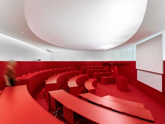Ein Vortragtheater belichtet mit SUPERSYSTEM II von Zumtobel