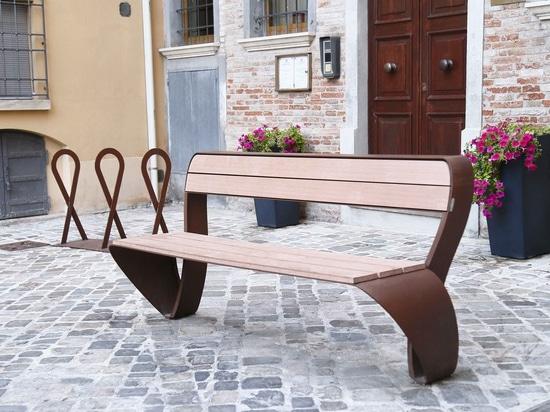 Bank-und Fahrrad-Gestell - Fluxus-Sammlung - Rimini, Italien