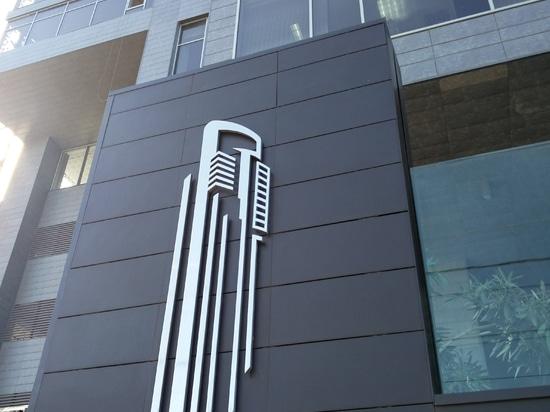 Logo auf gelüfteter keramischer Fassade