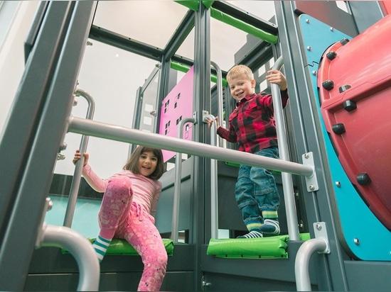 Innenspielplatz lädt Kinder ein zu spielen und erhöht die Restauranterfahrung
