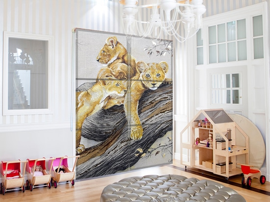 Wohnzimmer in einem Privateigentum mit kundengebundenen römischen Vorhängen