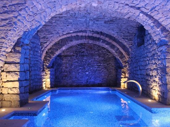 Ein herrliches Spa in einem Burgschloss umgeben von Grün in Frankreich