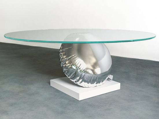 Tabelle Duffy London Has Designeds A, die eine spielerische Interpretation des Auftriebs und der Balance ist