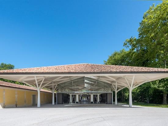 das geworfene Dach enthält einen geöffneten flexiblen Raum unten
