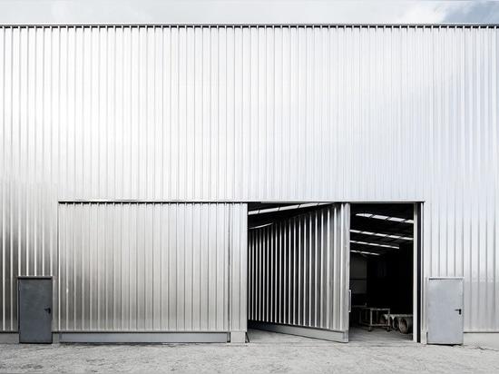 Gewelltes Stahllager schließt bunte Bürogebäude in Portugal ein