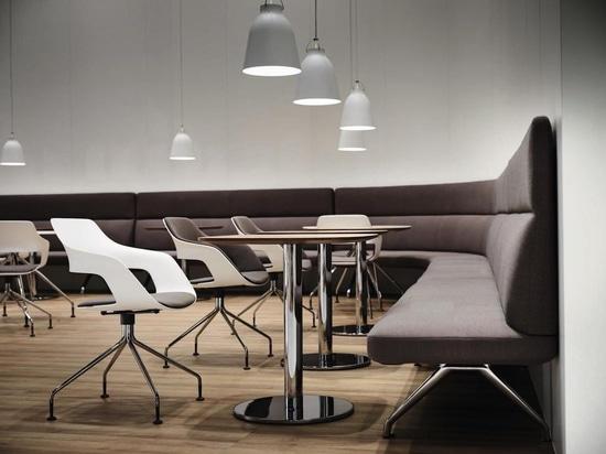 Dank einer Sitzhöhe von 45 cm ist Insit auch eine passable Banklösung für die Gastronomie. Foto: Wilkhahn